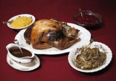 Turkey mit Gravy, würziger Füllung, Süßkartoffelpüree und frischer Cranberrysoße - Rezept