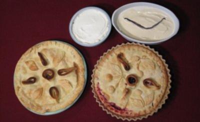 Zwei American Pies mit Vanilleeis und Schlagsahne - Rezept