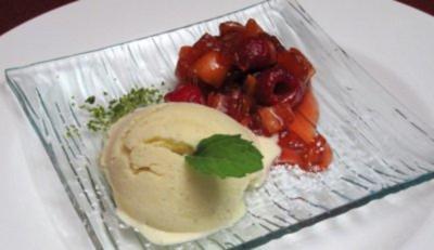 Eingekochte Kumquats mit frischen Himbeeren und Vanilleeis - Rezept
