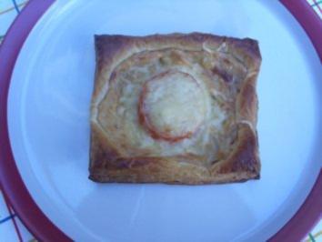 Rezept: Pikante Kuchen: Blätterteig mit Zwiebelschmand und Tomaten