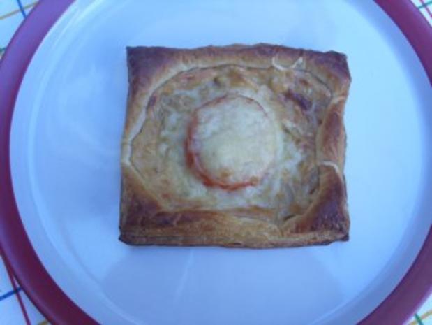 Pikante Kuchen: Blätterteig mit Zwiebelschmand und Tomaten - Rezept