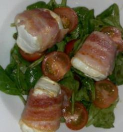 Ziegenkäsetaler im Speckmantel auf Ruccola-Feld-Salat - Rezept