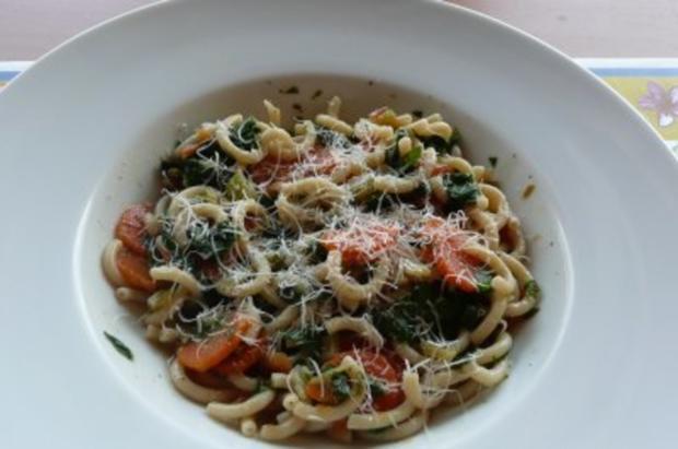 Salate: Warmer Nudel- Möhren- Mangoldsalat - Rezept