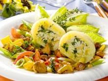 Kartoffelkloß mit Kräuter-Käsefüllung auf buntem Gemüse - Rezept