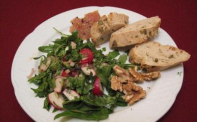 Wildkräuter-Salat mit selbst gebeiztem Graved Lachs - Rezept