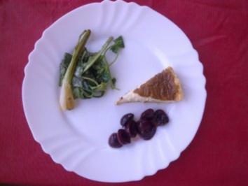 Gorgonzolatarte, Pfefferkirschen, Wildkräutersalat, karamelisierte Frühlingszwiebeln - Rezept