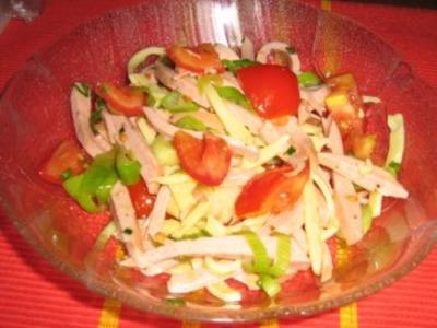 Sommerlicher Wurstsalat mit Käse und Tomaten - Rezept