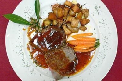 Rinderschmorbraten mit Ochsenschwanz-Soße - - Rezept