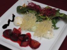 Parmesan-Mousse mit Blattsalaten und Honigpflaumen - Rezept