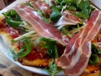Pizza mit Rucola, Bacon und Parmesan - Rezept