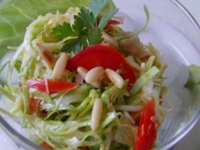 Spitzkohlsalat mit Pinienkernen - Rezept
