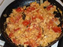 Tomaten-Rührei mit Knoblauchfladenbrot - Rezept