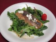 Salatvariation mit Ziegenkäse, gratiniertem Lachs und Lavendel - Rezept