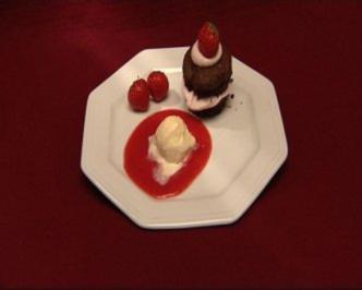 Schoko-Mascarpone-Muffin und Vanilleeis auf Erdbeerspiegel - Rezept