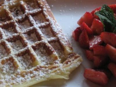 Feine Waffeln mit frischen Erdbeeren - Rezept