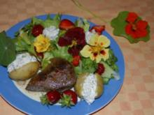 Blüten und Erdbeeren - ein sommerlicher Genuß zu Gegrilltem - Rezept