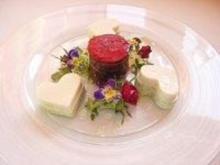 Gemüsetürmchen auf Blütenmeer gebettet mit Mozzarellaherzen - Rezept