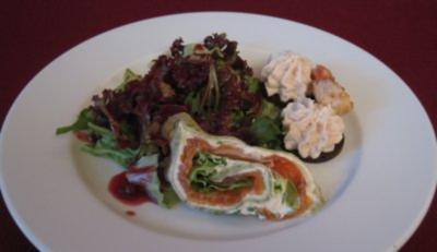 Lachscrepes und Forellenmousse auf Pumpernickel an Salatbouquet - Rezept