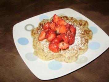 Rezept: Nuss - Quarkwaffeln mit gewürzten Erdbeeren
