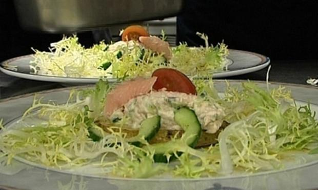 Creme aus Räucherforelle an Backkartoffel und Frisee-Gurkensalat - Rezept - Bild Nr. 9