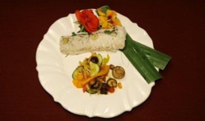 Seewolf in Bananenblättern unter einer Salzkruste an Wok-Gemüse (Estefania Küster) - Rezept
