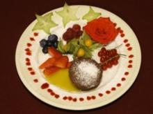 Schokoladensoufflé mit exotischen Früchten und essbaren Blüten (Estefania Küster) - Rezept