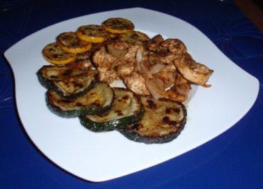 Gebratene Putenbruststreifen mit Zwiebeln und gebratenen gelb/grünen Zucchinischeiben - Rezept