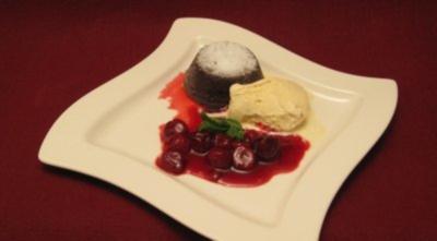 Lauwarmes Schokoladentörtchen mit Vanilleeis und Kirschen - Rezept