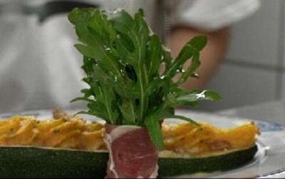 Entenbrust mit Zucchini-Schiffchen an Rucola-Sträußchen - Rezept