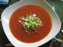 Suppe : Wer`s heiß mag, probiert meine kalte Paprikasuppe mit Sellerie-Salsa - Rezept
