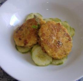 Möhneseer Fischfrikadellen auf  lauwarmen Gurkensalat - Rezept