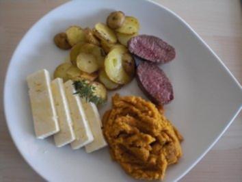 Rezept: Thymiangebratene Lammsteaks mit Karotten-Honig-Creme und Feta