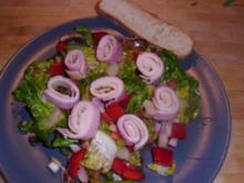 Salat mit Schinken-Käse-Röllchen - Rezept