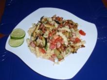 Nudel-Salat mit gebratenen Würstchen - und Zucchinistreifen - Rezept