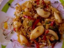Mini-Tintenfischtuben eingebettet in Gemüse-Woknudeln - Rezept