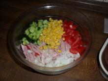 Sommerlicher Wurstsalat mit Tomaten, Gurken, Mais und Zwiebeln - Rezept