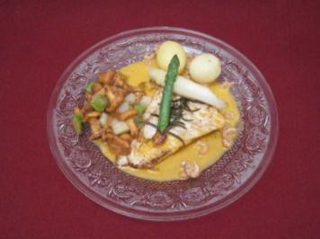 Filet vom Steinbutt auf Pfifferlingsragout, dazu Pellkartoffeln und Nordseekrabbensoße - Rezept