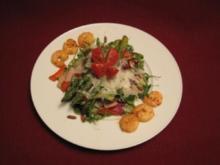 Bunter Salat mit grünem Spargel und Garnelen - Rezept