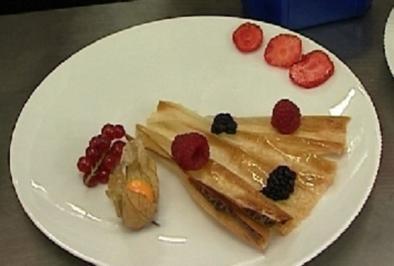 Quarkmousse an süßem Fächer und Früchten - Rezept