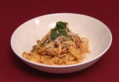 Tagliatelle fatte in casa con melanzane, zucchini e pepperoni (Frische hausgemachte Taglia - Rezept