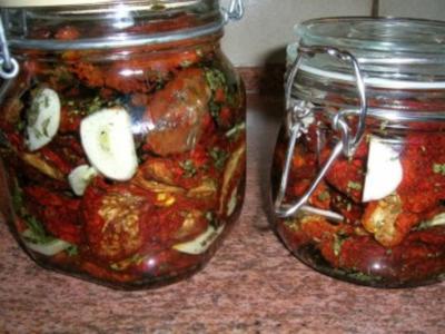 Getrocknete Tomaten, pikant eingelegt und haltbarer gemacht - Rezept