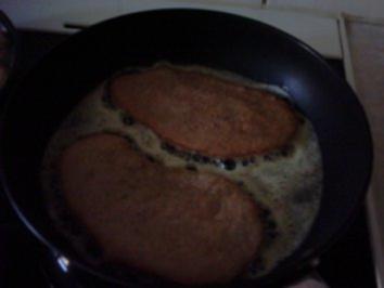 Schnitzel mit geschmorten Rosenkohl auf Zwiebel-Milch-Creme mit Bandnudeln - Rezept