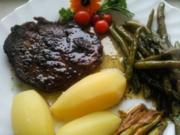 Kräutersteak an grünen Bohnen und Taglilie - Rezept