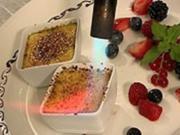 Zweierlei Creme Brulee mit Sommerbeeren - Rezept