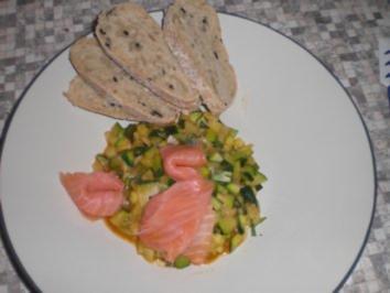 Zuccinigemüse mit Räucherlachs und Olivenbrot - Rezept