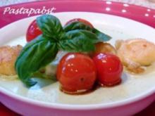 Basilikum Panna Cotta mit geschmolzenen Tomaten und Mozzarella - Rezept