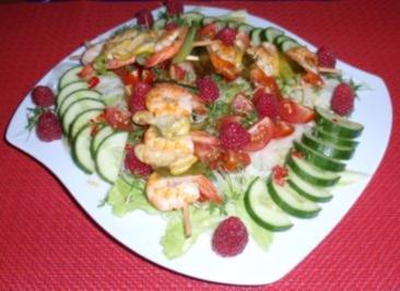 Gute-Laune-Sommersalat mit Garnelenspießchen - Rezept