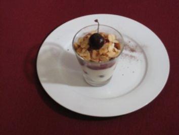 Frischkäsesahnecreme mit Kirschen und Mandelkrokant - Rezept