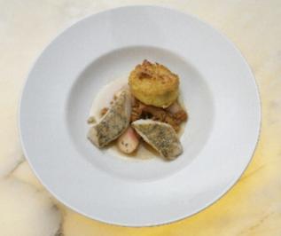 Auf der Haut gebratener Zander, weißer Pfirsich mit Pfifferlingen und Kartoffel-Rosmarin-Küchlein - Rezept