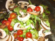 Bunter Eichblattsalat mit Champignons und einer Kräutervinaigrette - Rezept